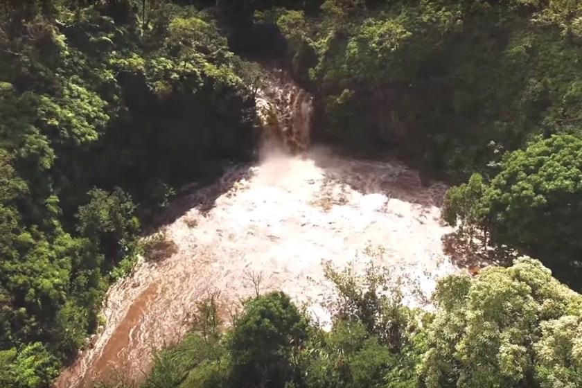 Drone grava turista sendo arrastado por uma cabeça-d'água no Havaí -  TecMundo