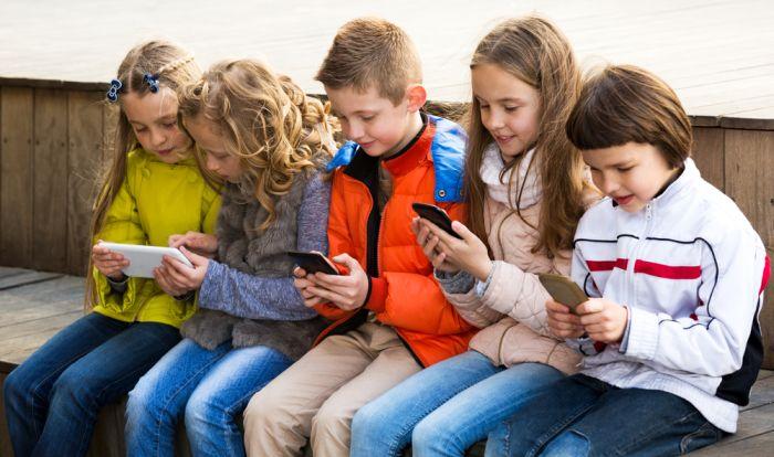 crianças com smartphones