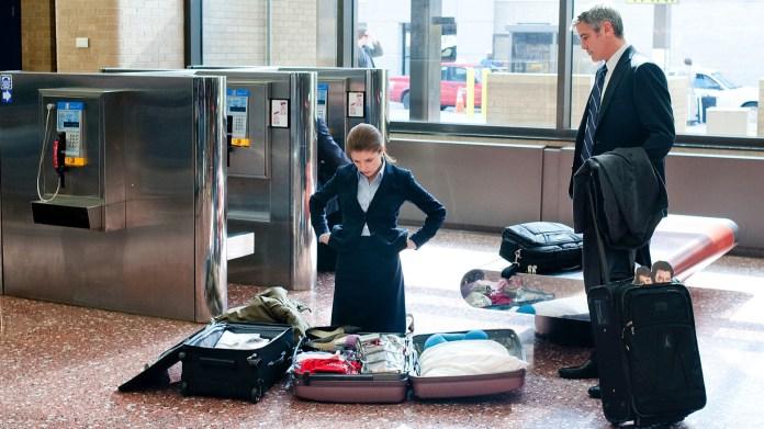 Mulher olhando mala aberta