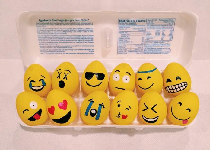 Huevos pintados como emojis
