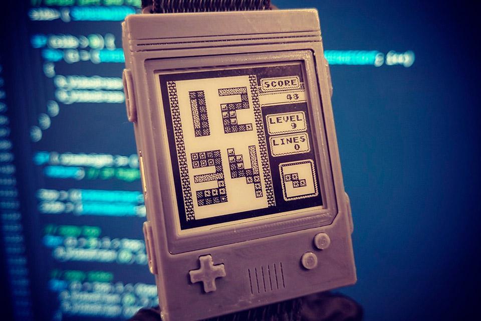 Watchy customizado com interface e case inspirados no Nintendo Game Boy
