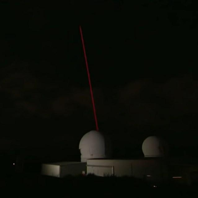 Laser da EOS Space Systems, localizado no Observatório do Monte Stromlo. (Fonte: 9 News Australia, YouTube / Reprodução)