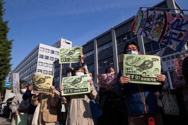 Manifestantes protestam em Tóquio contra a decisão.