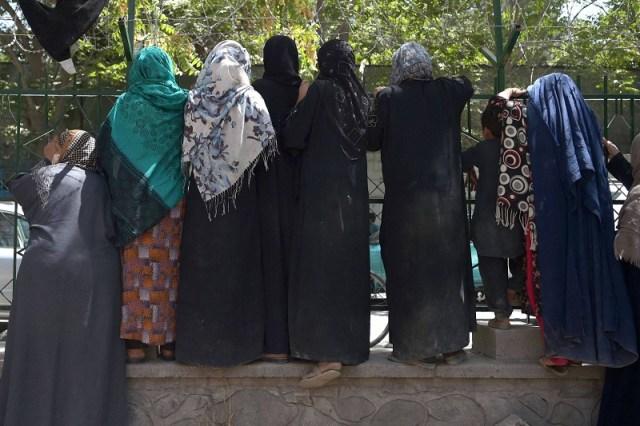 O Talibã controlou o Afeganistão entre 1996 e 2001, quando seguiu uma versão radical do islamismo nos costumes, vetando o consumo de álcool e livre circulação de mulheres. (Fonte: AFP/Reprodução)