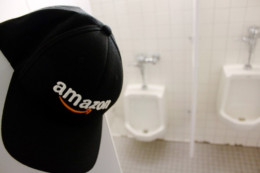 """There are several reports from Amazon employees who are """"forbidden"""" to go to the bathroom (Source: GeekWire/Reproduction)"""