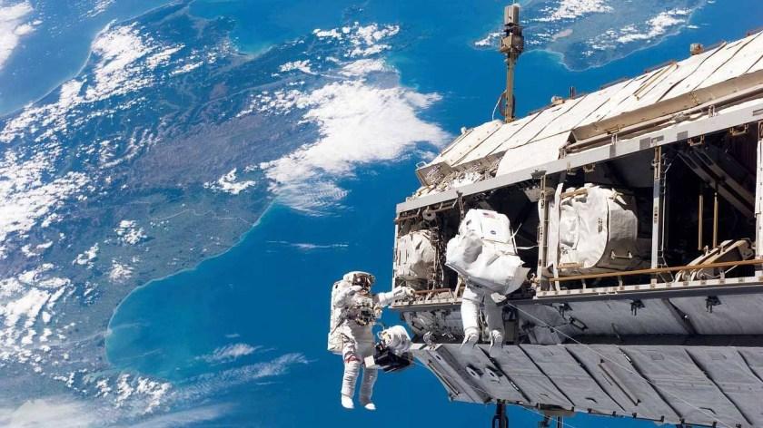 Astronauts seek leak outside ISS (Source: NASA/Reproduction)