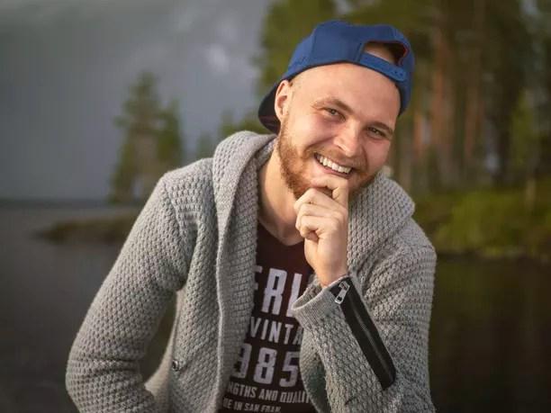 """Markus, 24, Helsinki: """"Mä oon ehkä tän porukan kookkain ja ehkä myöskin puheliain, mut välillä se meno on ollut niinkin kovaa, että mulla on hiukset tippunut päästä."""""""