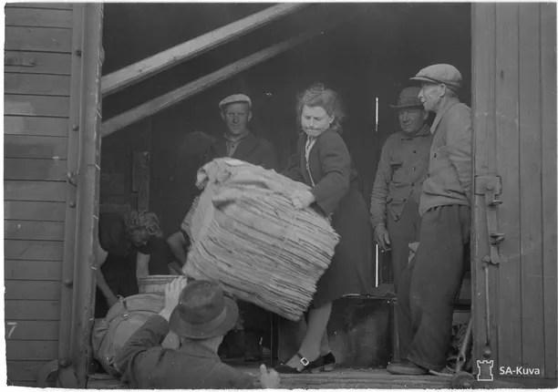 Evakkojen tavaroita siirretään proomusta rautatievaunuun.
