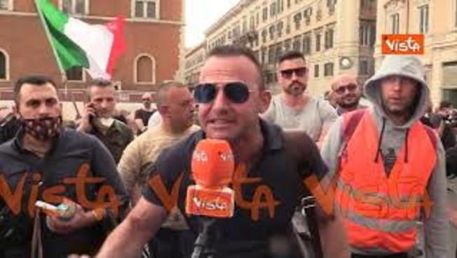 Orange vests in the square in Rome: