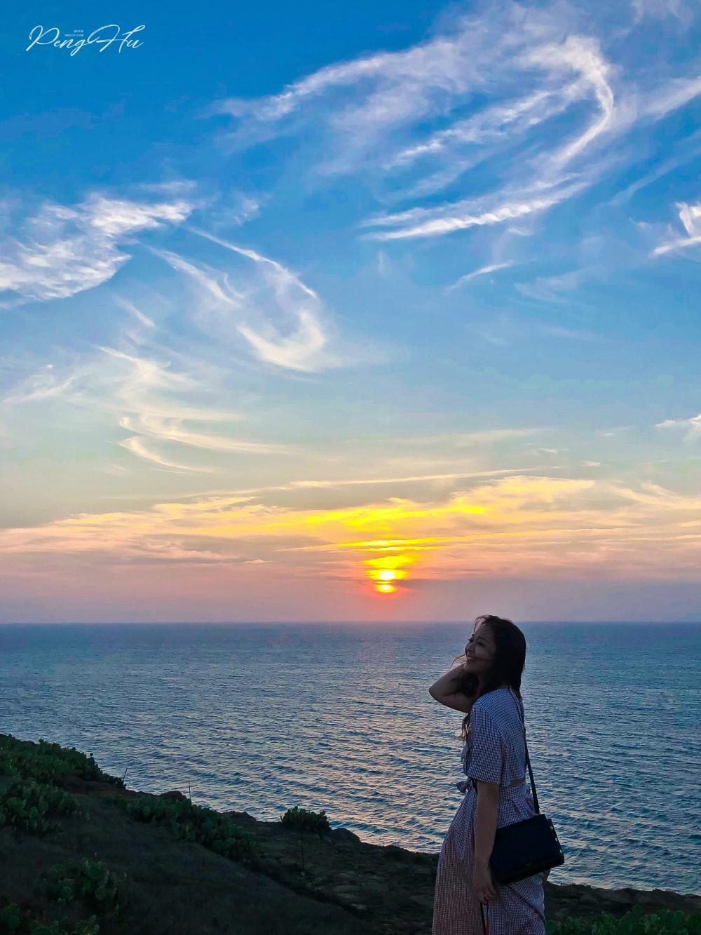 澎湖看夕陽景點推薦:西嶼燈塔/漁翁島燈塔旁邊大草原 - 啾啾愛亂拍