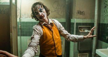 「《小丑》亞瑟什麼時候開始轉變成小丑?」導演從亞瑟的左右手,一直都在暗示我們這件事! - 我們用電影寫日記
