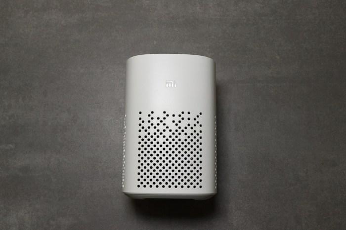 [開箱]小米小愛音箱 Play是較低階的版本,機頂為實體按鍵、取消環狀燈條,體積更小,但功能一樣。