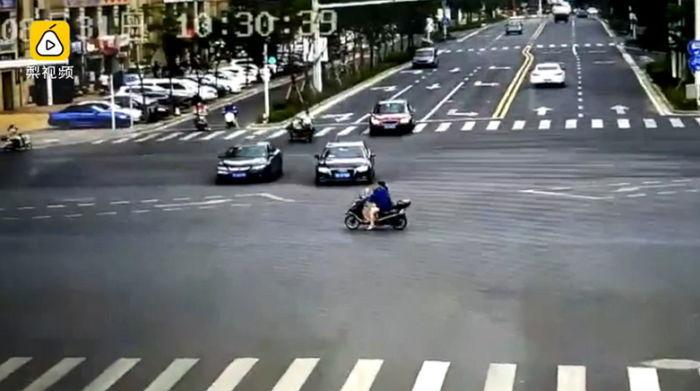 pptuy1nm5ir7xi907a3y - 車に引かれた苦痛にもかかわらず、倒れた娘を確認する母親(映像)