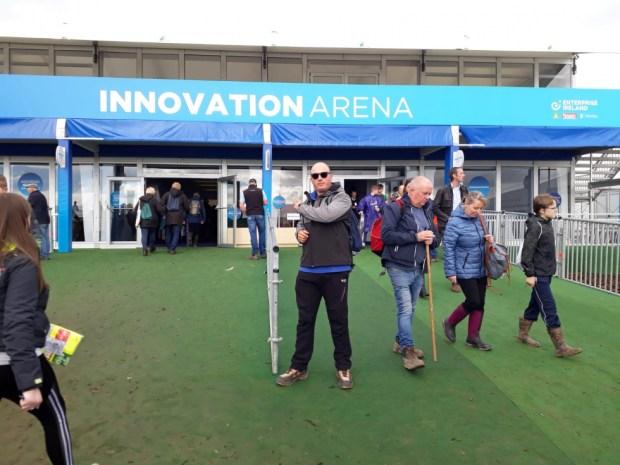 Irlanda - David Rodríguez, campeón de España de arada, ante el pabellón dedicado a la innovación.