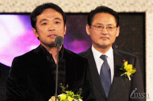 TakJin Kim, the CEO of the NCsoft, receiving the award