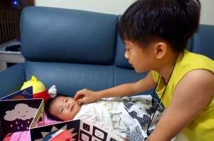 [阿紅書單] 小嬰兒的自我覺察|TummyTime: Happy Baby|摺疊雙面鏡子書和迪士尼搖籃曲CD