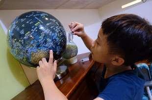 給孩子世界觀的必備教具|台灣製造SkyGlobe 12吋 LED燈 觸控地球儀|根本每家都要有