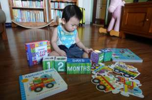 阿紅的1歲共讀書單 Puzzle and Play: Alphabet Train 隨手書及艾瑞卡爾成長積木