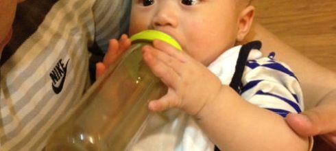 [育兒日記]4M17D同大爺自己拿奶瓶