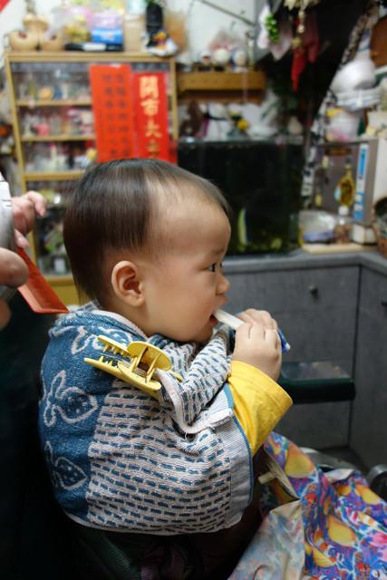 100元的寶寶剪髮-同大爺雖然無奈也要坐好好 - 愛小宜的甜蜜小窩