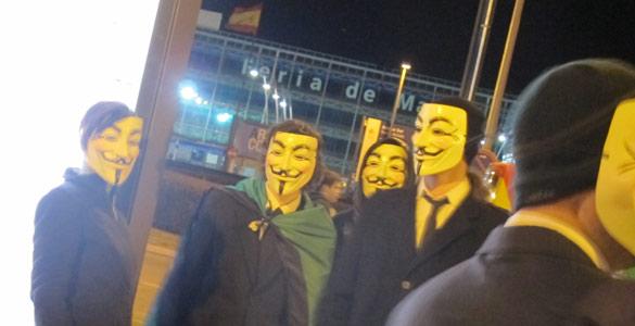Algunos de los Anonymous retenidos por la Policía a los que impidieron el acceso a las puertas del Palacio de Congresos
