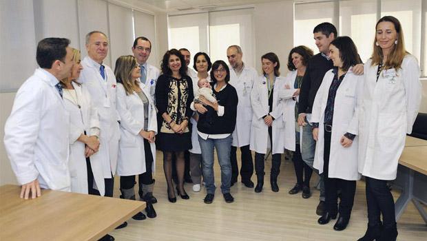 La consejera de Salud, María Jesús Montero junto a una de las dos mujeres con cáncer de endometrio que ha conseguido ser madre y el equipo del hospital.