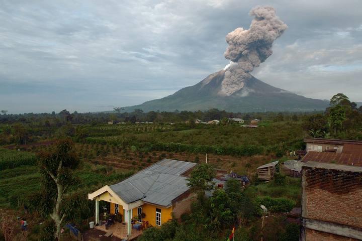 Vista general del monte Sinabung este martes. El volcán se encuentra en erupción desde septiembre de 2013.