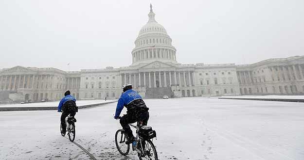 Un pareja de policías vigila en bicleta los aledaños del Capitolio en Washington.