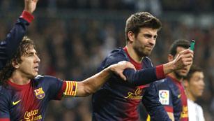 Ver vídeo  'Puyol evita que Piqué entregue un mechero al árbitro'
