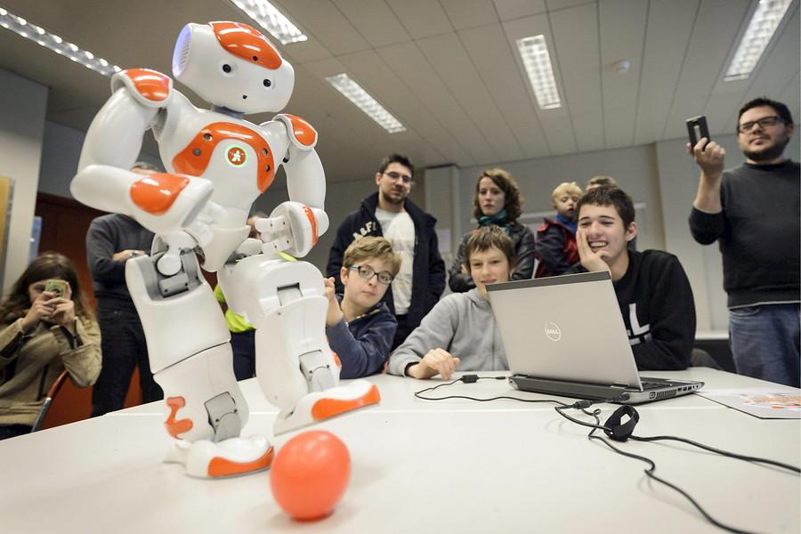 Robots que juegan al fútbol, manejados por niños