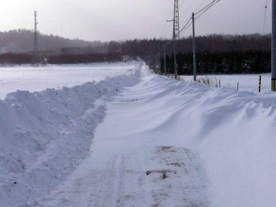 大雪の吹きだまりで車通れない