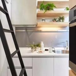Kitchen Aid Wall Oven Cork Flooring 臺灣一對母女居然把10平米的房子裝修出了豪宅的情調 Itw01 而從水槽的左邊轉彎進來 竟然還有一個小廚房 這裏藏著冰箱和烤箱 並且還是大個的 它們被完美地嵌入牆面裡 剛剛好