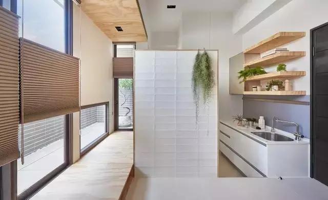 kitchen aid wall oven modern faucet 臺灣一對母女居然把10平米的房子裝修出了豪宅的情調 itw01 而從水槽的左邊轉彎進來 竟然還有一個小廚房 這裏藏著冰箱和烤箱 並且還是大個的 它們被完美地嵌入牆面裡 剛剛好