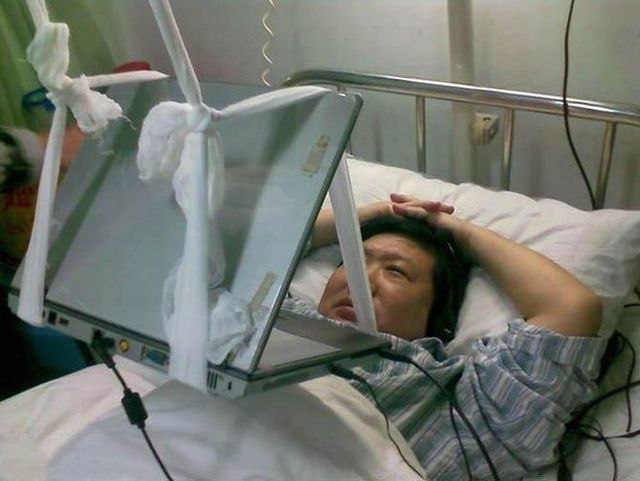 How to go on the internet if you're in bed in a hospital (4 pics)