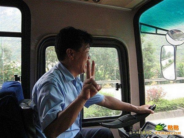 Chinese bus driver has his own way to drive 6 pics