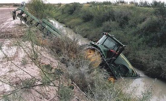 Car Wrecks Wallpaper Funny Tractor Fail Photos 32 Pics Picture 14