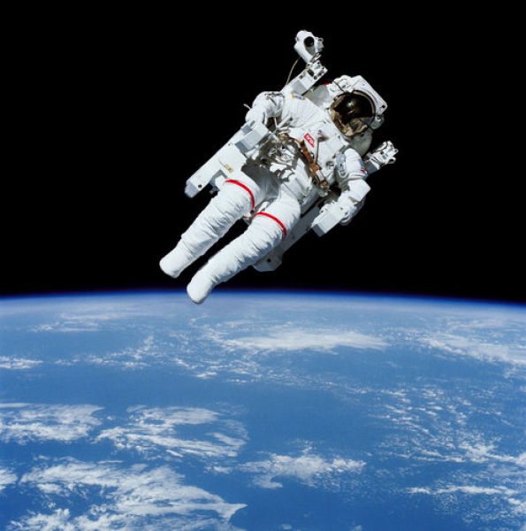 The First Untethered Spacewalk of All Time (7 pics)