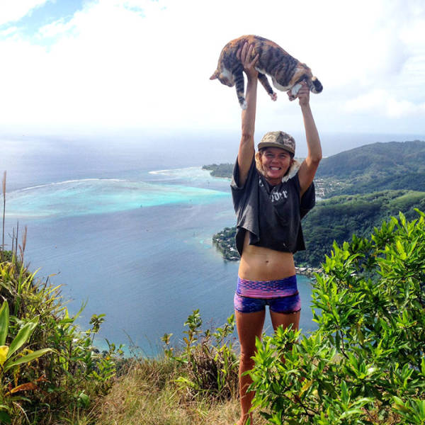 Woman Quit Her Job And Went Sailing Around The Globe With Her Rescue Kitty