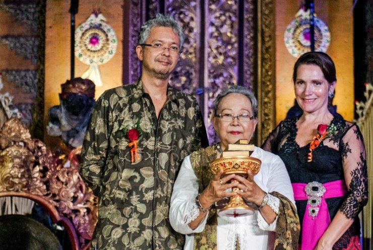 Esteemed honor: Renowned writer NH Dini (center) is flanked by her son, filmmaker Pierre Louis Padang Coffin (left) and Ubud Writers and Readers Festival Founder Janet DeNeefe when receiving her Lifetime Achievement Award in Bali.
