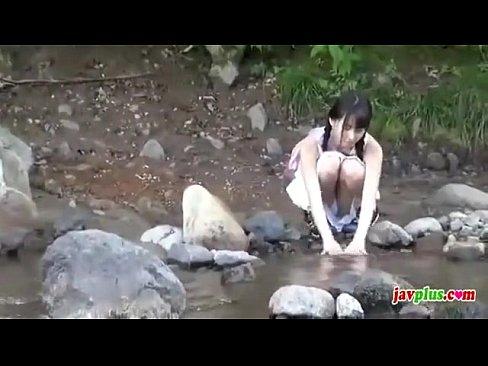 川遊びしてる清楚系美少女→突如全裸になって水着にお着替え→発見したので即ハボしたったw