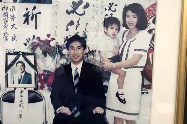 妻立たせ食事…岸田政調会長炎上に妻が反論「風呂掃除は夫」   女性自身