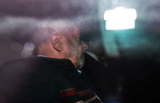 Depois de receber a notícia da ordem de Moro, Lula foi de carro até a sede do Sindicato dos Metalúrgicos - NELSON ALMEIDA / AFP