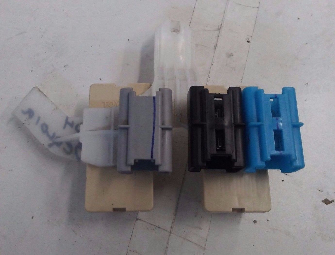 hight resolution of dk608129 2001 2006 toyota sequoia interior fuse box relay panel connectors oem 2001 2002 2003