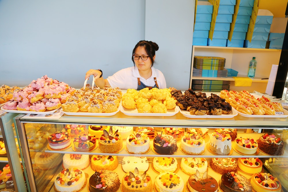 【嘉義東區】貓尾巴西點蛋糕坊~一出爐就秒殺的爆漿大泡芙,嘉義最夯甜點店就是它!外皮蓬鬆,爆好爆滿 ...