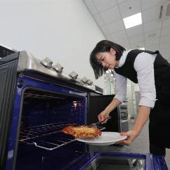 Kitchen Pantry Pendant Lights For Lg在昌原开设食品科学实验室 International News 该公司周二提供的这张照片中 Lg电子研究员在该公司位于庆尚南道昌原市的食品科学研究实验室测试厨房用具后 将食物从烤箱中取出