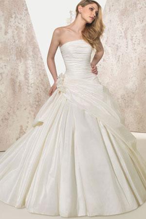 50 cele mai frumoase rochii de mirese stil printesa din colectiile 2010/2011 - Rochie de mireasa stil printesa disponibila in Magazinele Avangarde - Slide 21 din 50