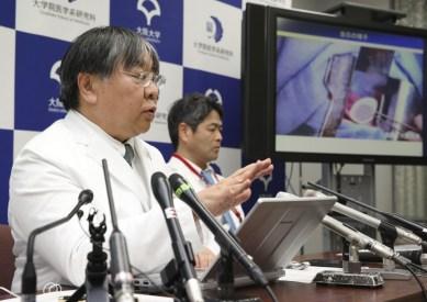 البروفيسور يوشيكي ساوا (على اليسار) خلال مؤتمر صحفي | عبر كيودو