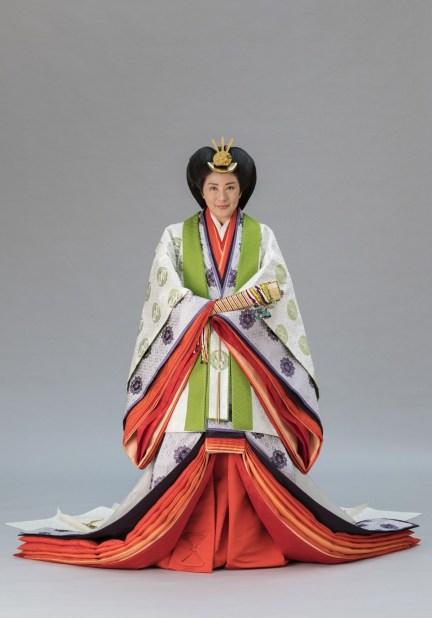 الإمبراطورة ماساكو ترتدي جونيهيتوي