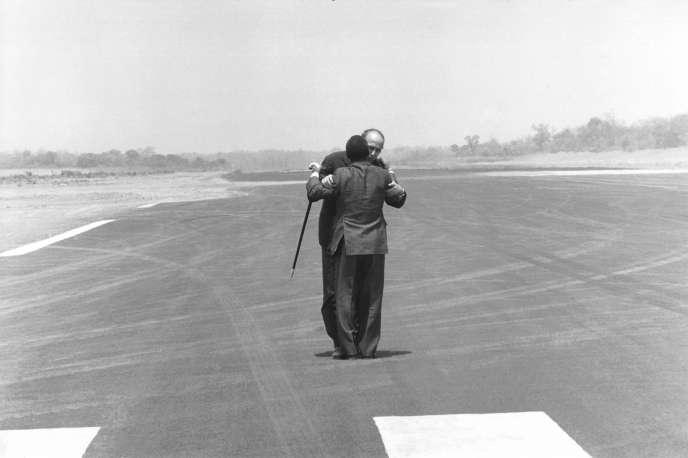 Jean Bedel Bokassa accueille Valéry Giscard d'Estaing sur le tarmac de l'aéroport de Bangui en République centrafricaine,en mars 1975.