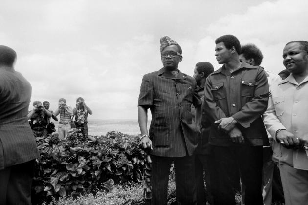Le président du Zaïre, Mobutu Sese Seko, enabacost, et Mohamed Ali, en 1974.